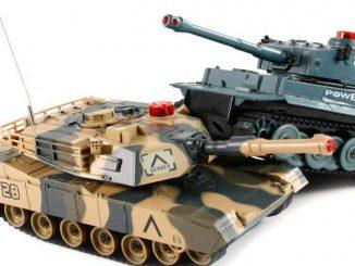 Dwa czołgi w skali 1:32 walczące ze sobą
